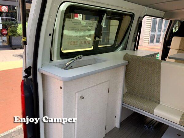 ハイエースキャンパーのリアスペースに設置された給排水とギャレー