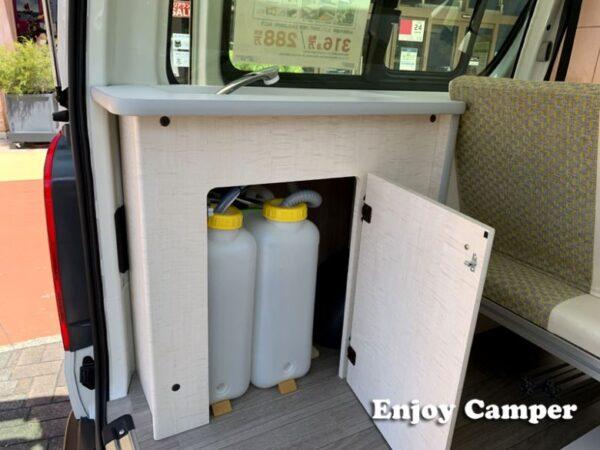 ギャレーの下部には給排水タンクを備え、外から出し入れしやすい構造