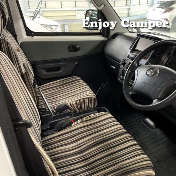 シートカバーはしているが、アルトピアーノの運転席は商用車タウンエースバンそのもの